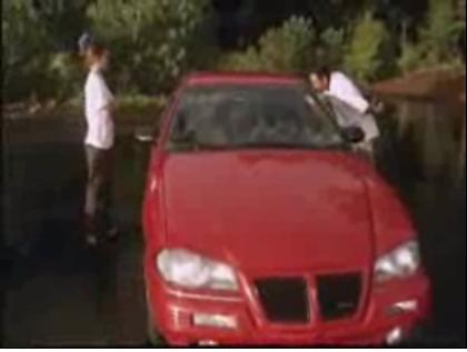 """Escena del tremendo documental en el que el cámara le dice al balsero: """"dale un beso"""" (a su mujer, se entiende) pero el balsero se lanza sin pensarlo y le da un beso al coche :=("""